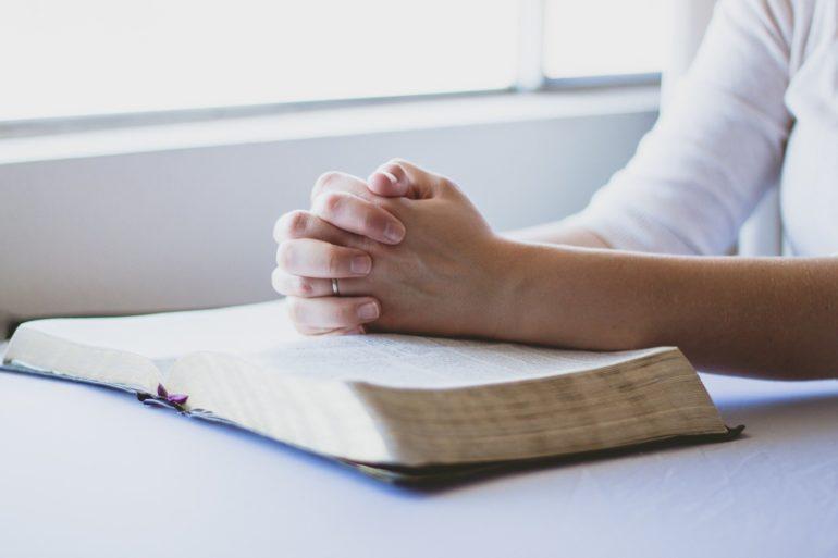 Как правильно читать молитвы и аффирмации для денежного богатства