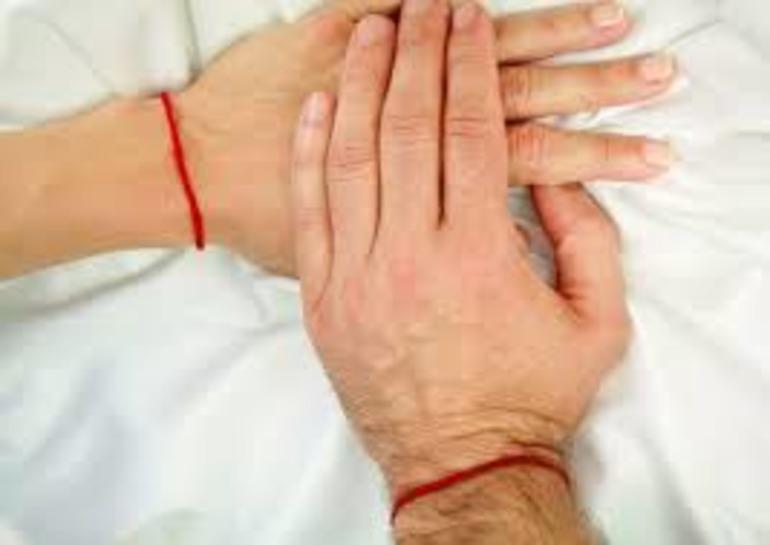оберег красная нить на руке