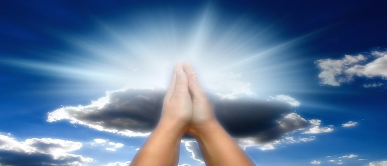 человек молится богу